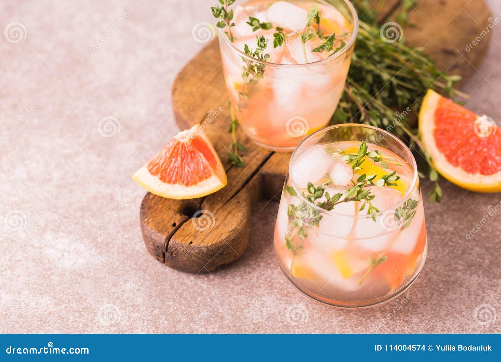 Bitter citron för gin med timjan och grapefrukten Fruktlemonad