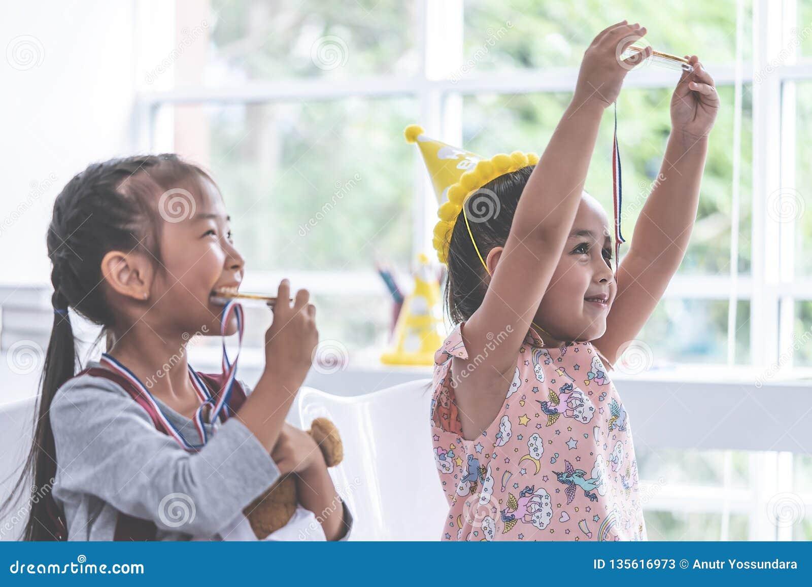 Bitting χρυσό μετάλλιο μικρών κοριτσιών για το βραβείο σπουδαστών