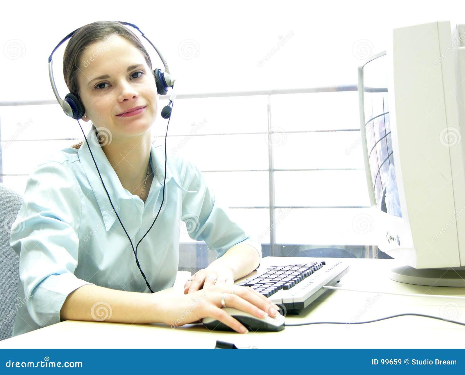 Biurko dziewczyny szczęśliwa pomocy