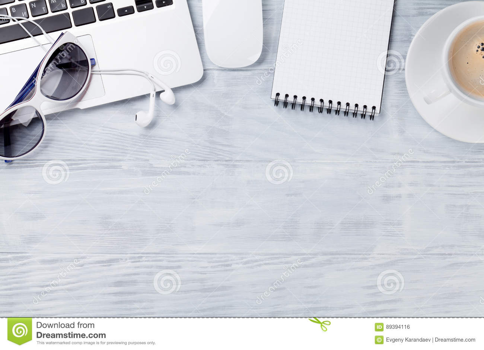 Biurko stół z laptopem, kawą, notepad i okularami przeciwsłonecznymi,