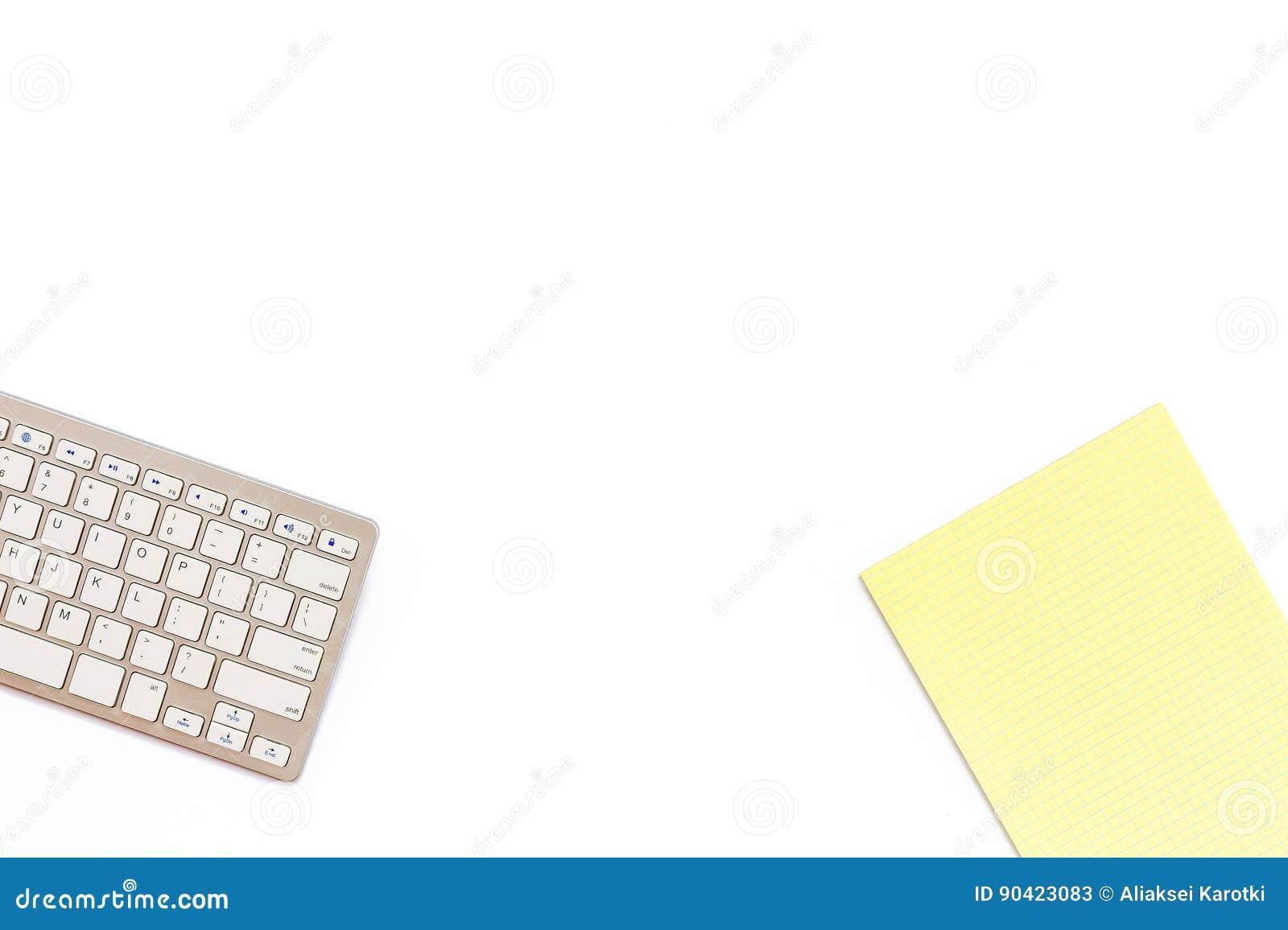 Biurko w biurze z klawiaturowym i żółtym Notepad na whi