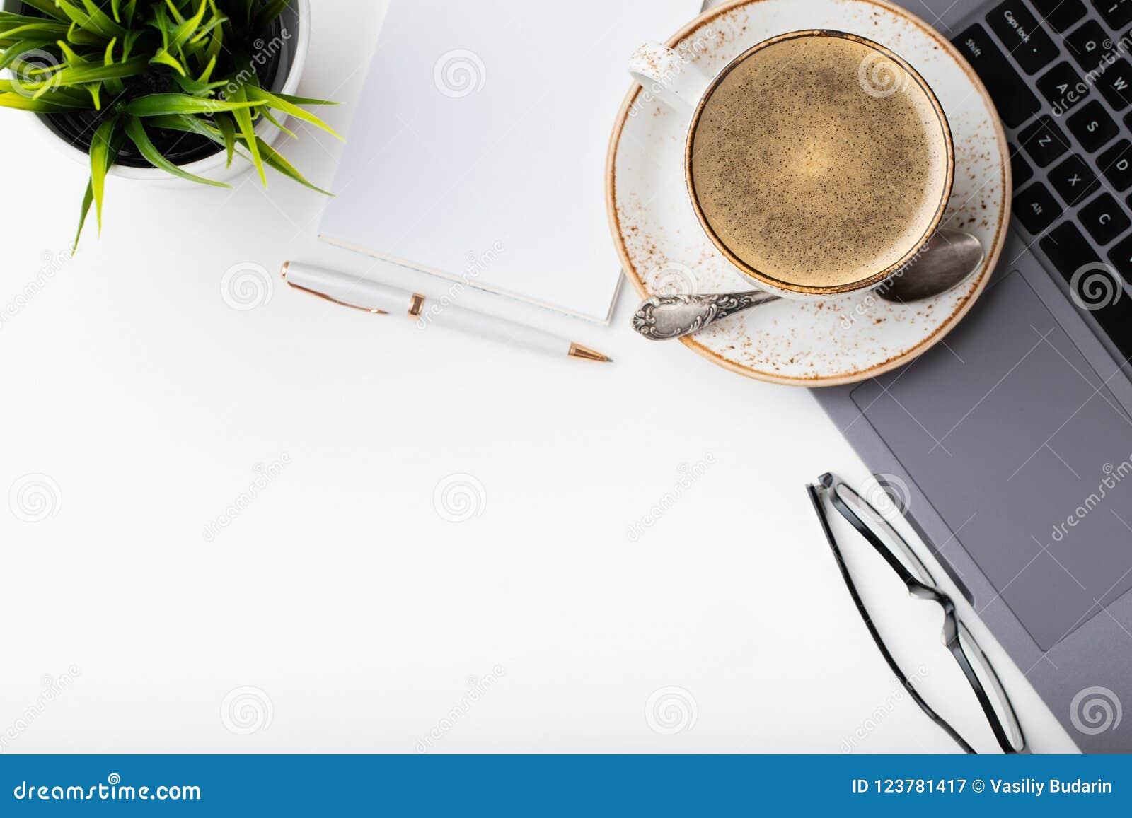 Biurko z laptopem, oczu szkłami, notepad, piórem i filiżanką kawy na białym stole, Odgórny widok z kopii przestrzenią Mieszkanie