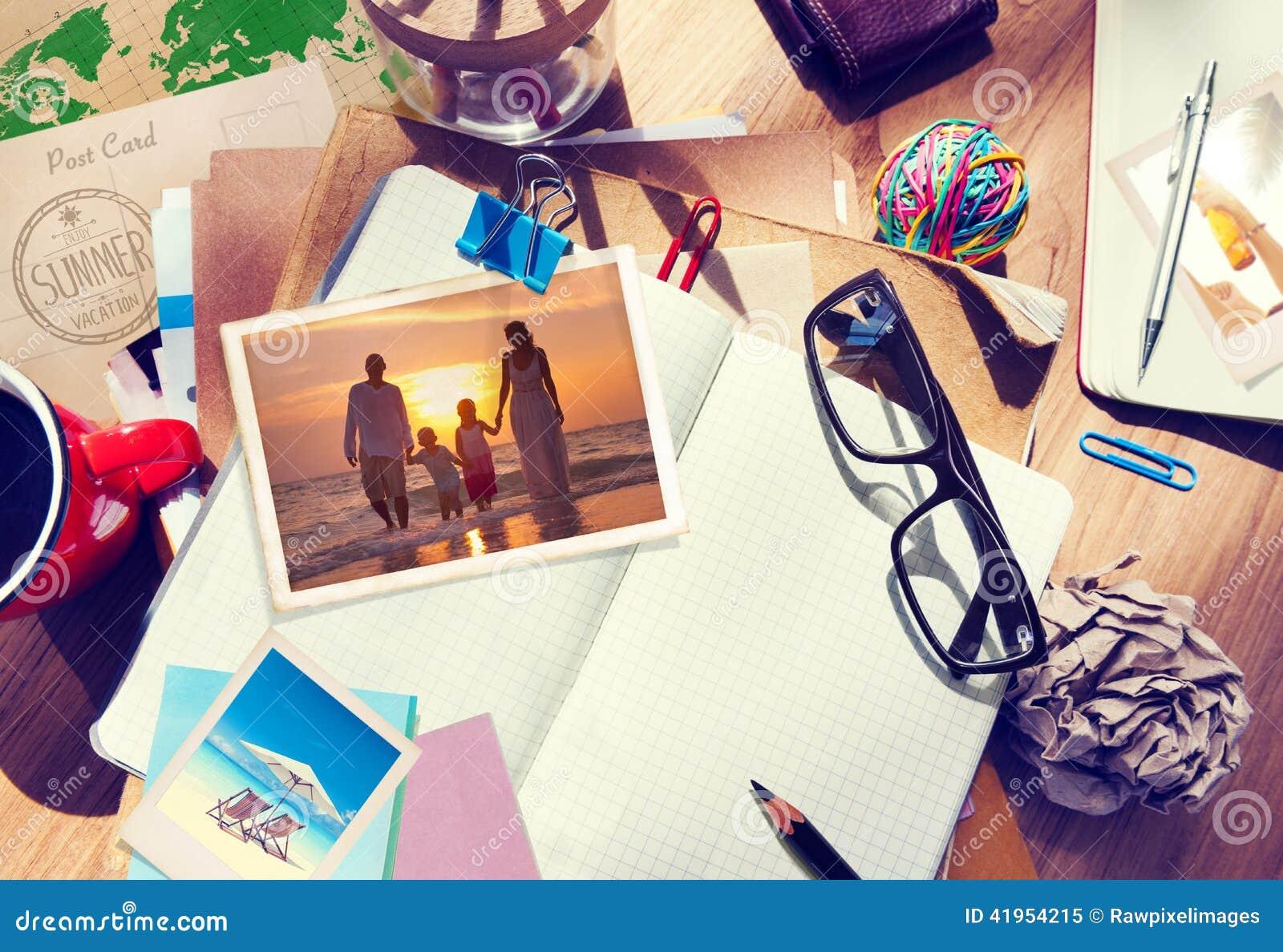 Biurko z lato notatnikiem i fotografiami