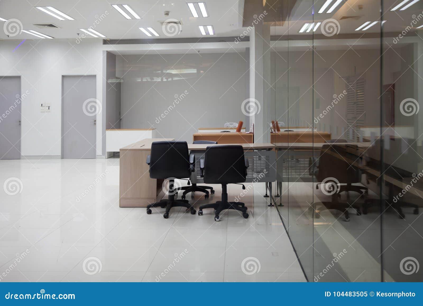 Biuro biznes jest pusty i wielkiego jasnego szkło
