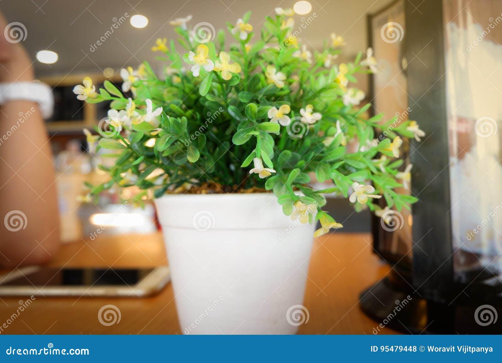Biuro stół z kwiatu garnkiem