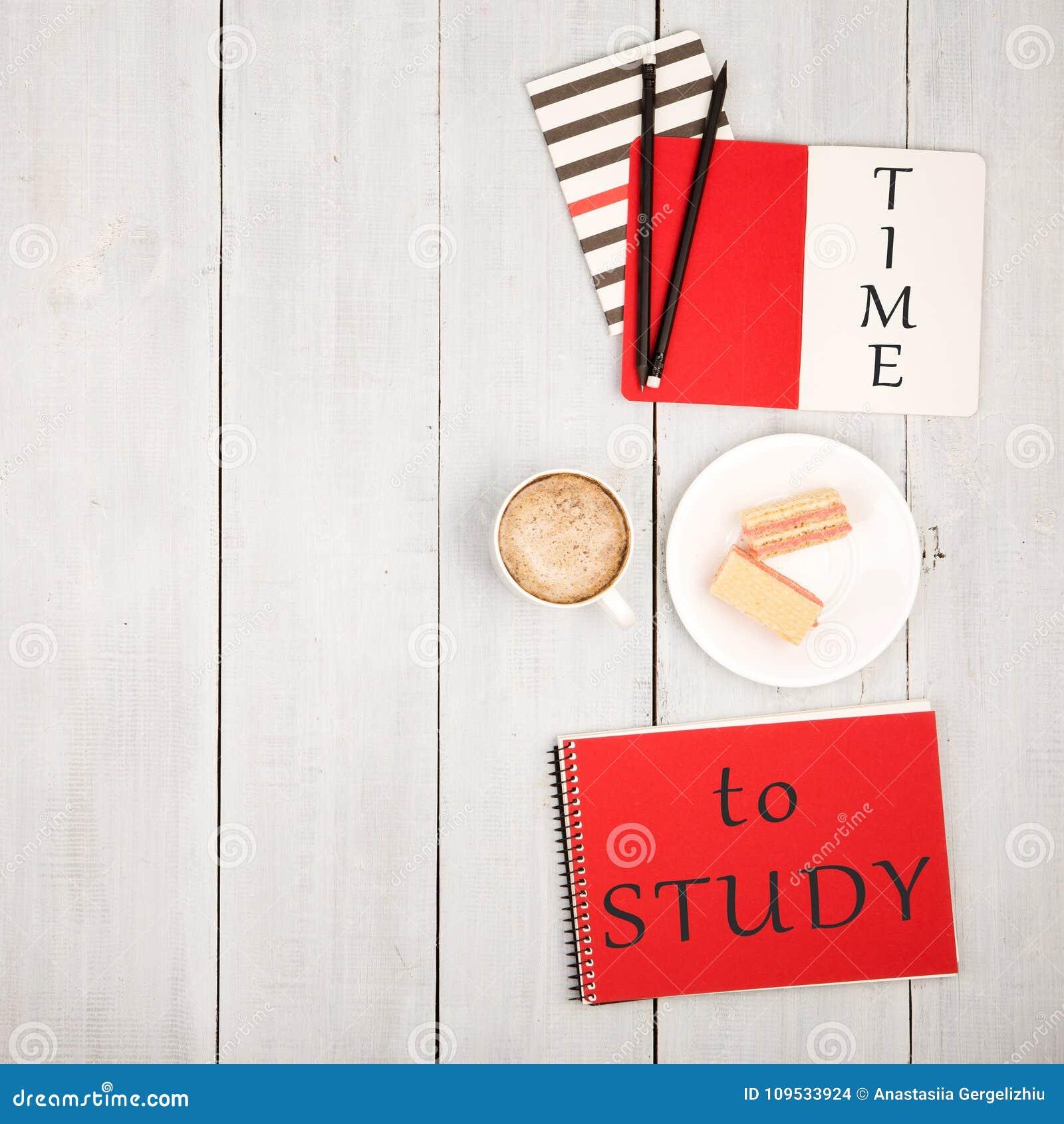 Biuro stół z notepads, inskrypcja i x22; CZAS STUDY& x22; , filiżanka kawy i gofry