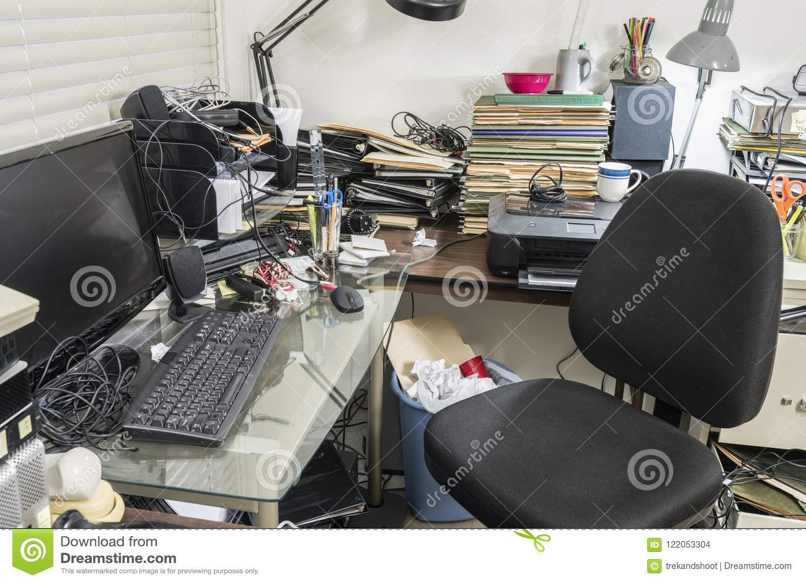 Biuro z Upaćkanym biurkiem Pełno kartoteki i zagracenie