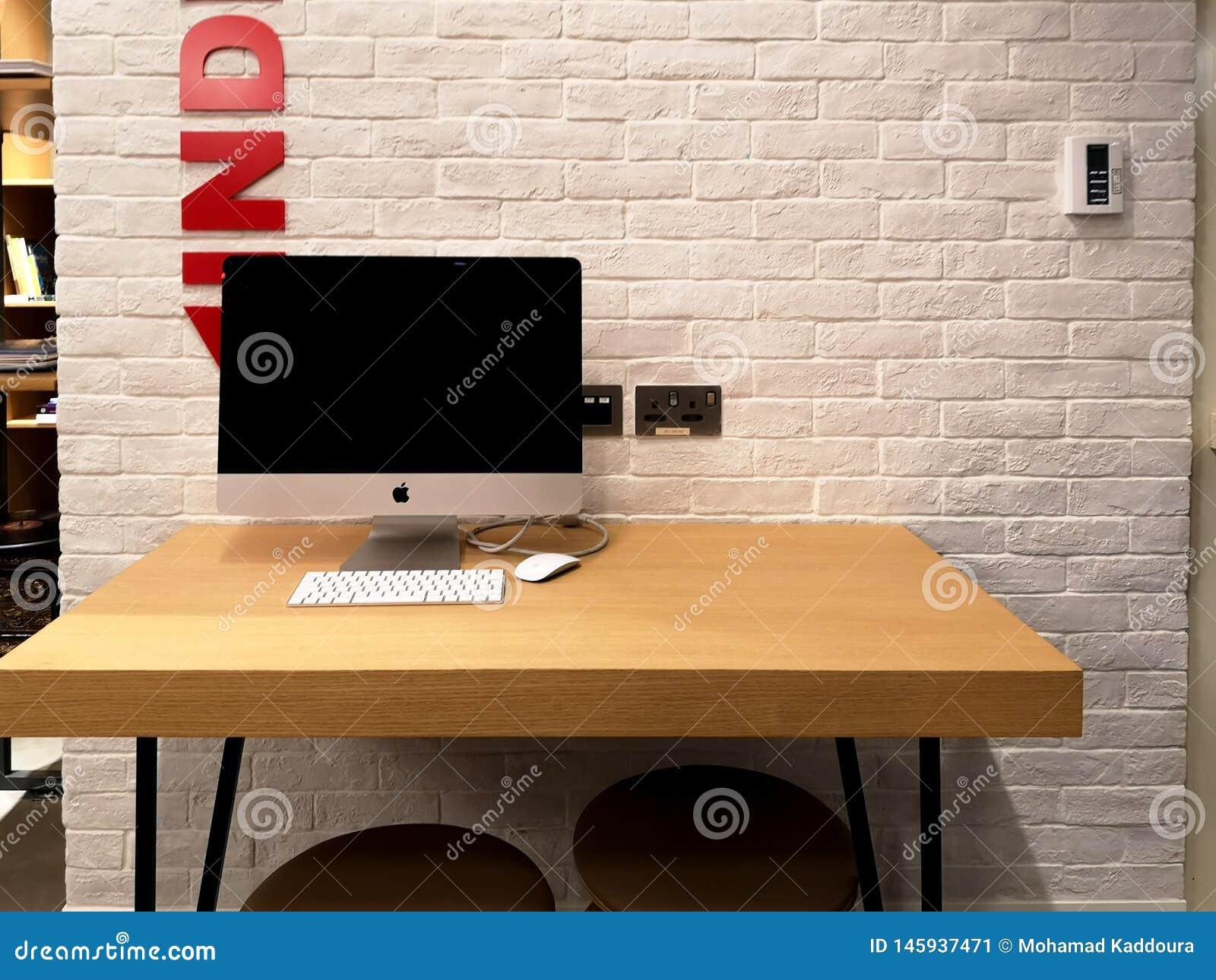 Biurowa workspace stacja z jabłczanym iMac komputerem na drewnianym stole