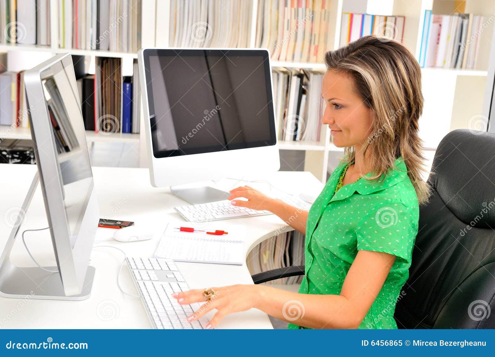 Biurowe młodych kobiet