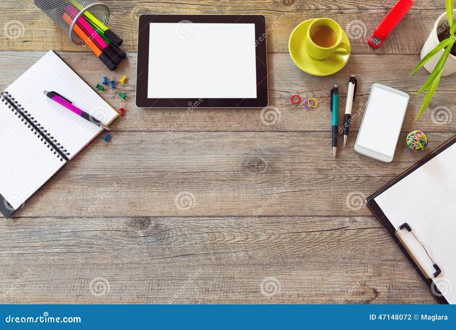 Biurowego biurka egzamin próbny w górę szablonu z stołem, mądrze telefonem, notatnikiem i filiżanką kawy,