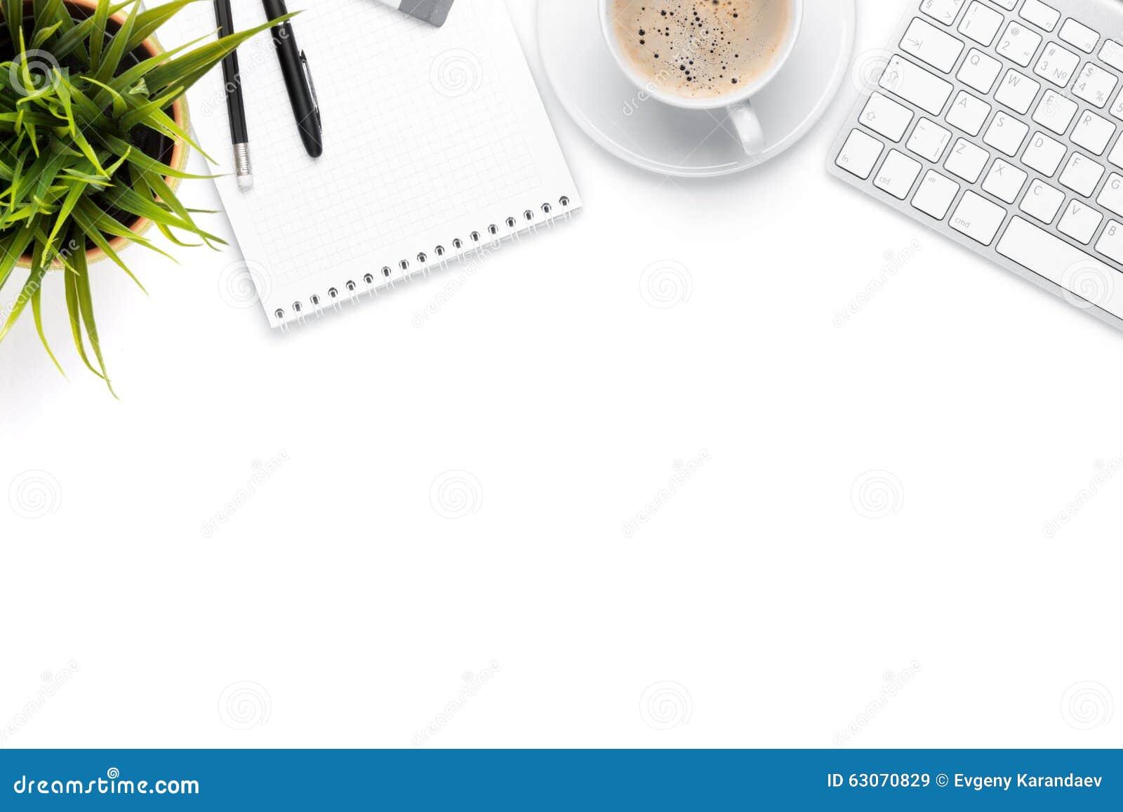 Biurowego biurka stół z komputerem, dostawami, filiżanką i kwiatem,