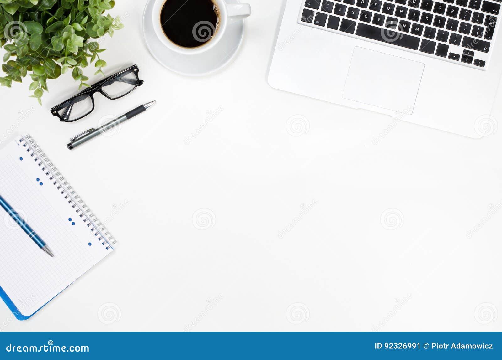 Biurowego biurka stół z laptopu, filiżanki i dostaw odgórnym widokiem,