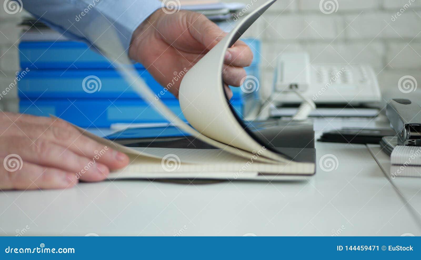 Biurowego biurka wizerunek z biznesmenem Wręcza Otwierać Nową agendę i Wyszukiwać strony