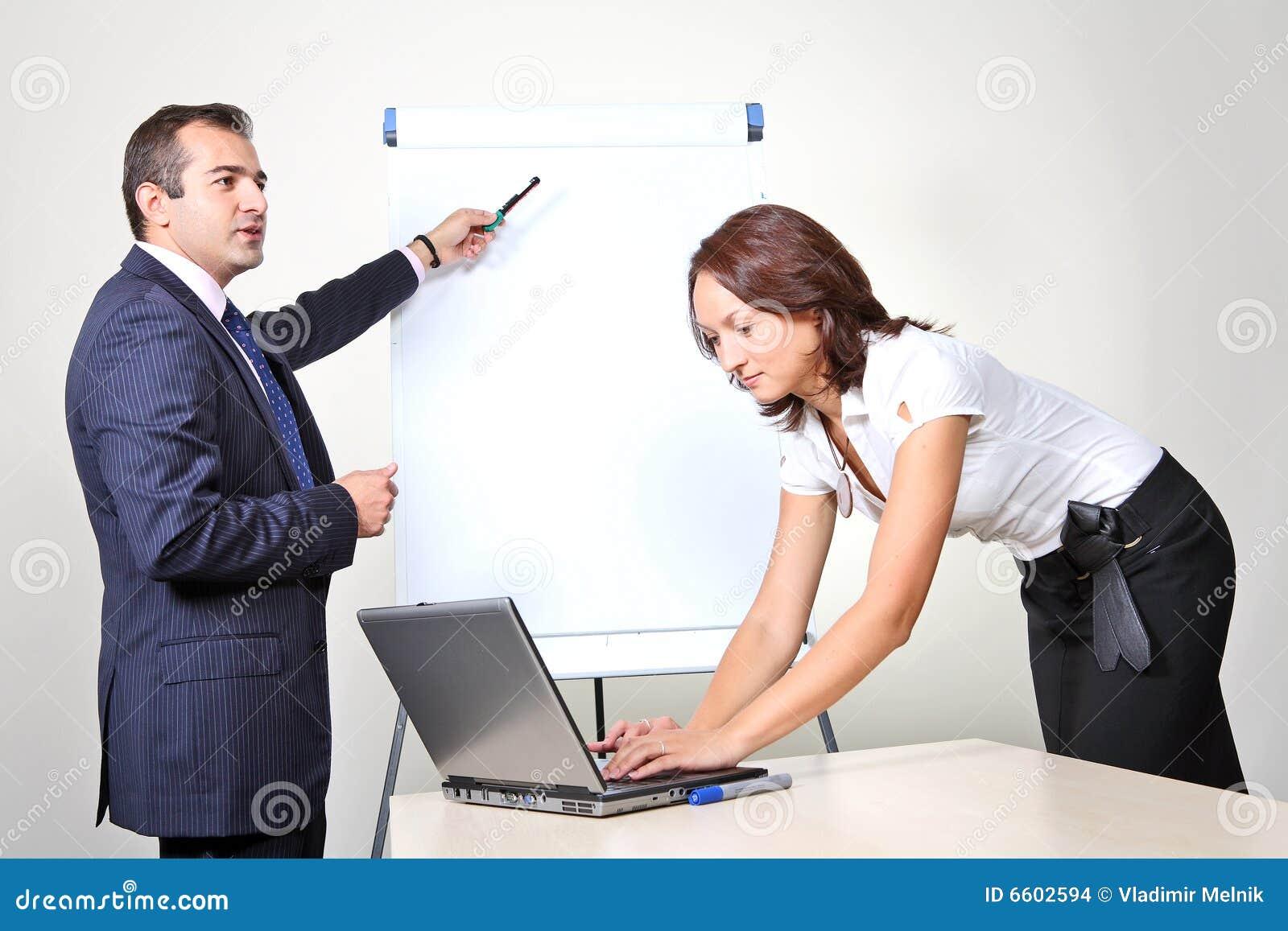 Biurowi prezentaci dwa pracownicy