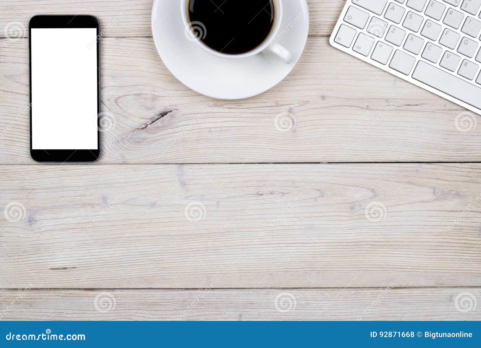 Biurowy biurko z kopii przestrzenią Cyfrowych przyrząda klawiatury, myszy i pastylki bezprzewodowy, komputer z pustym ekranem na