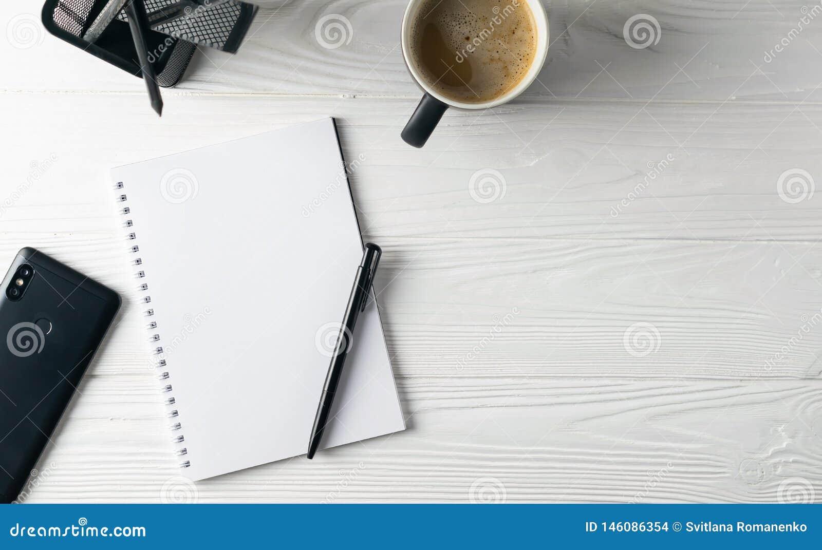 Biurowy biznesowy materiały wliczając kawy, notatnik, pióro, telefon