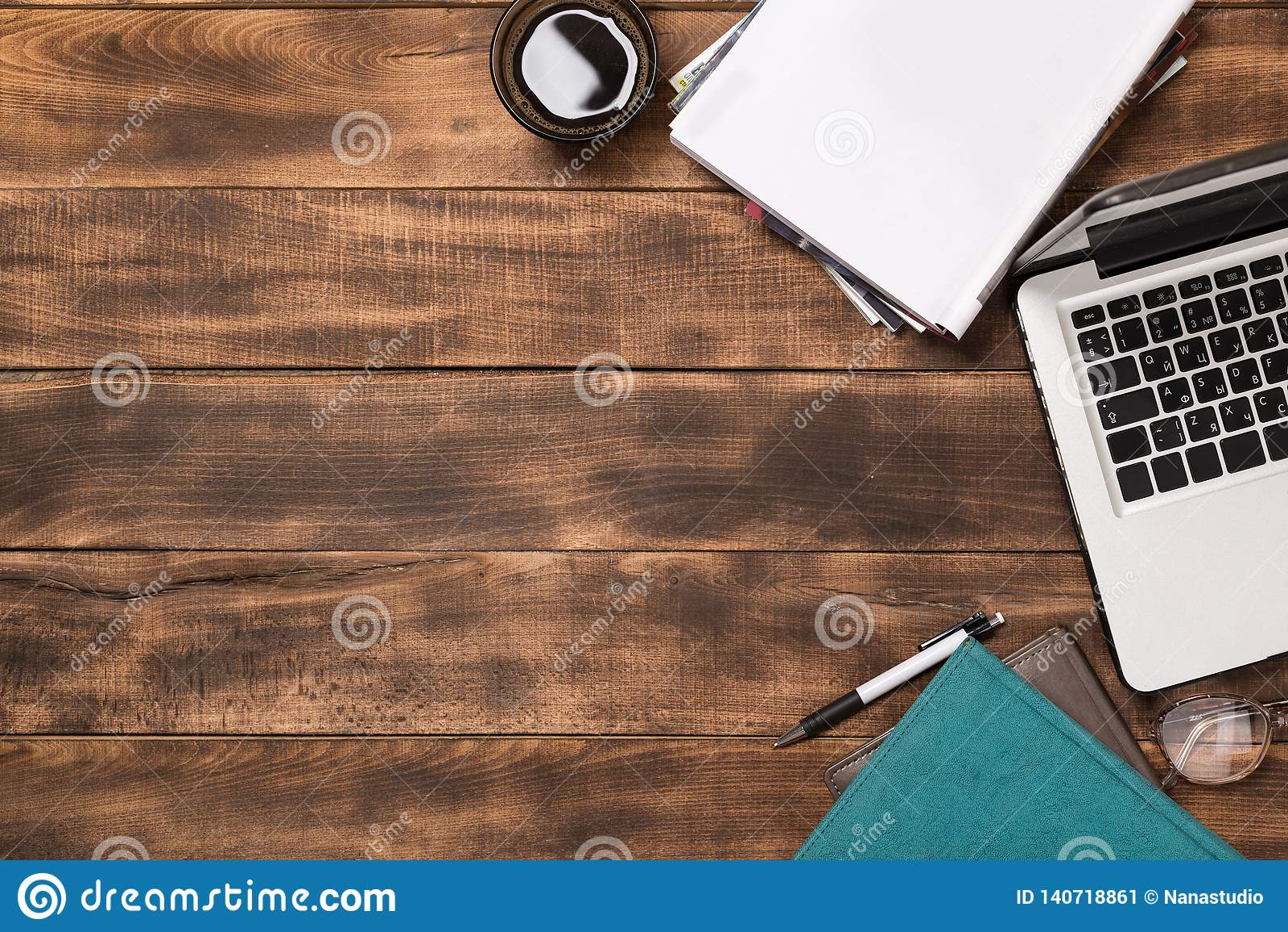 Biurowy desktop widok z pustym notatnikiem