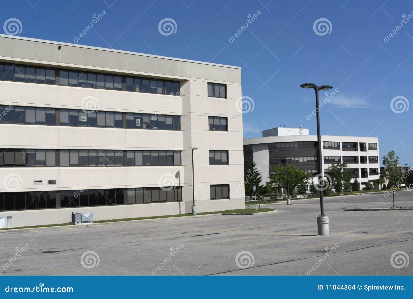 Biurowy udziału TARGET2084_1_ parking