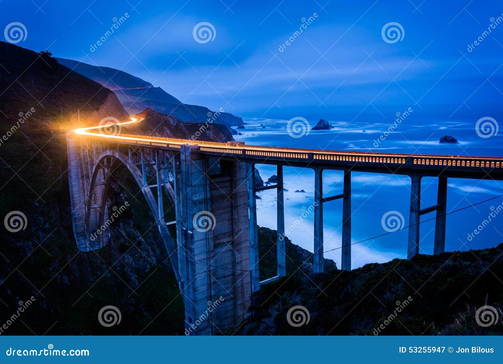 Bixby小河桥梁在晚上,在大瑟尔