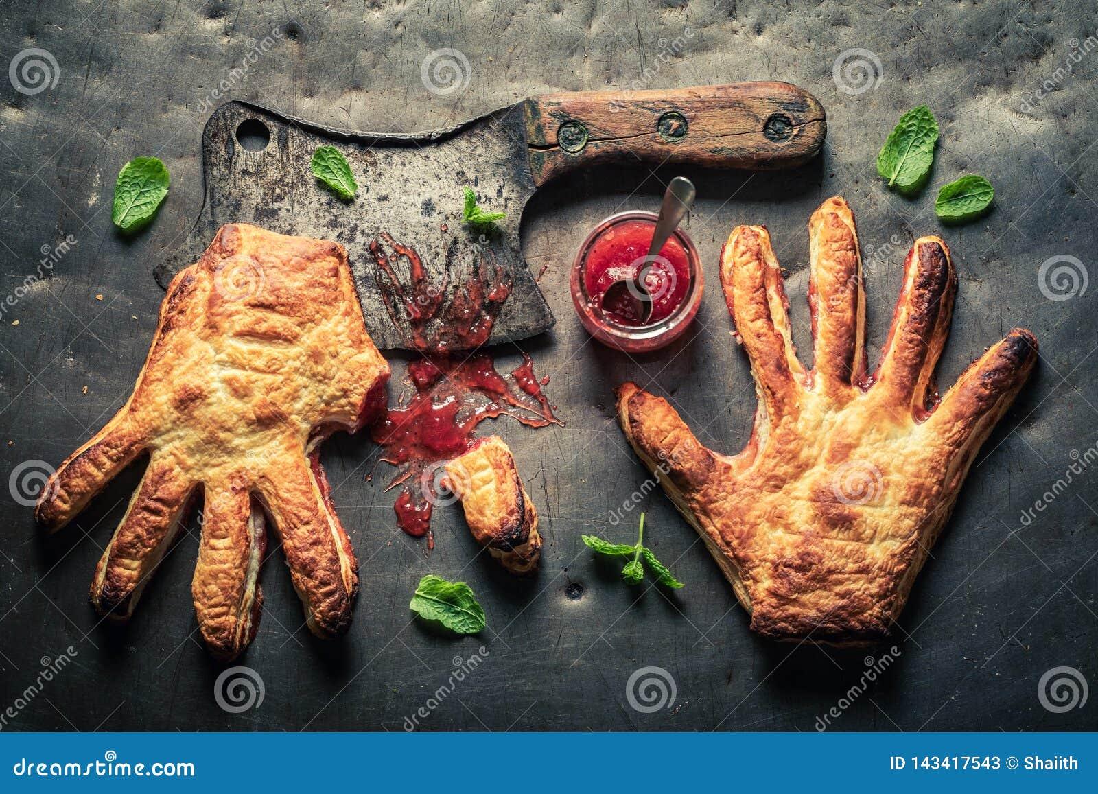 Bizarre handcake met duim afgesneden zoals houdend van concept