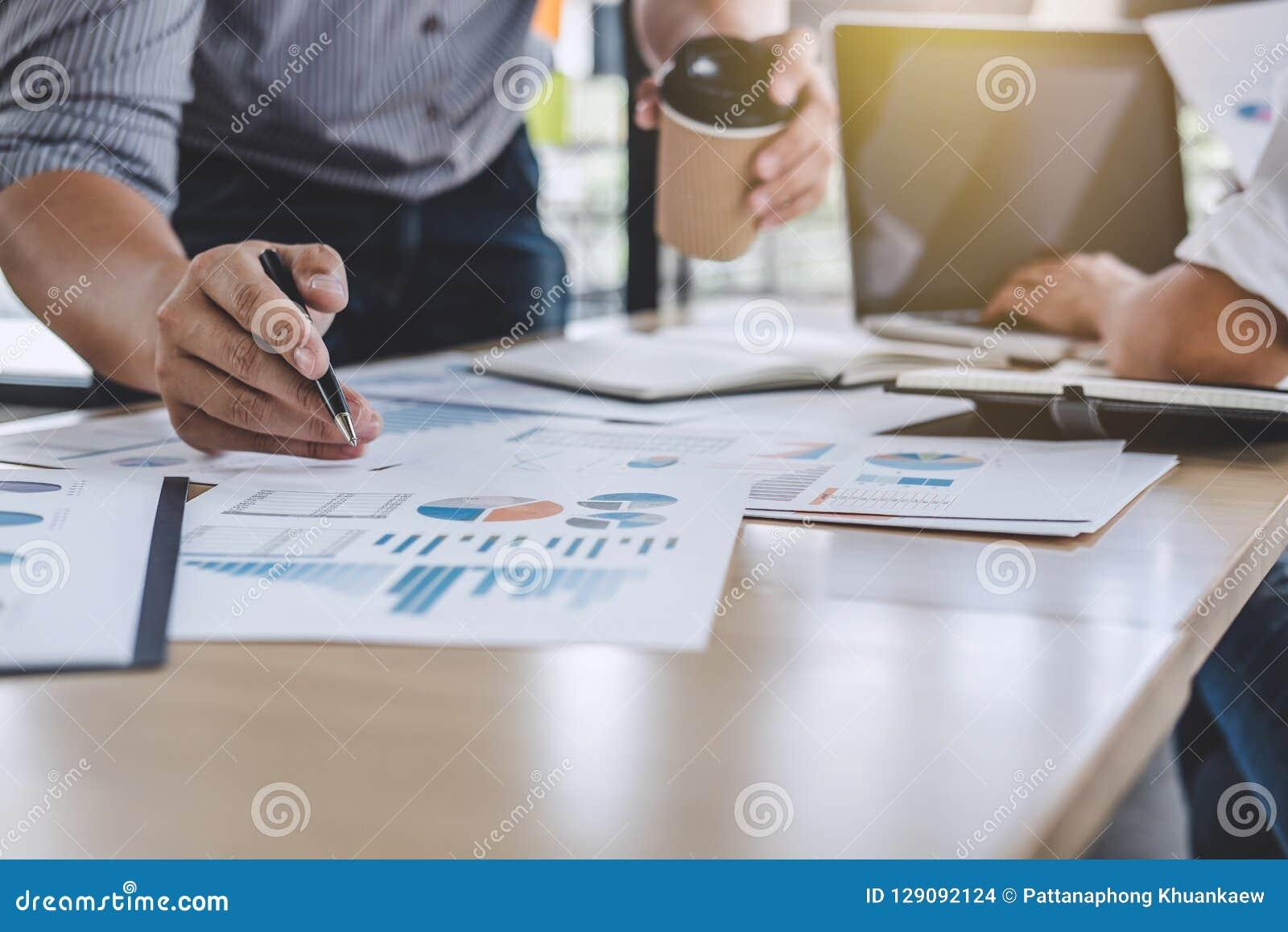 Biznesów drużynowi koledzy dyskutuje pracującą analizę z financ
