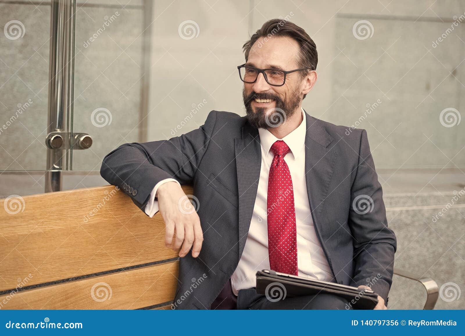 Biznes, czas wolny, technologia, komunikacja i ludzie mężczyzna z pastylką na miasto ulicznej ławce, Portret przystojny ono uśmie