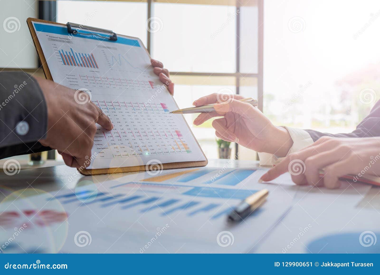 Biznes drużyna analizuje budżet statystyki i plan