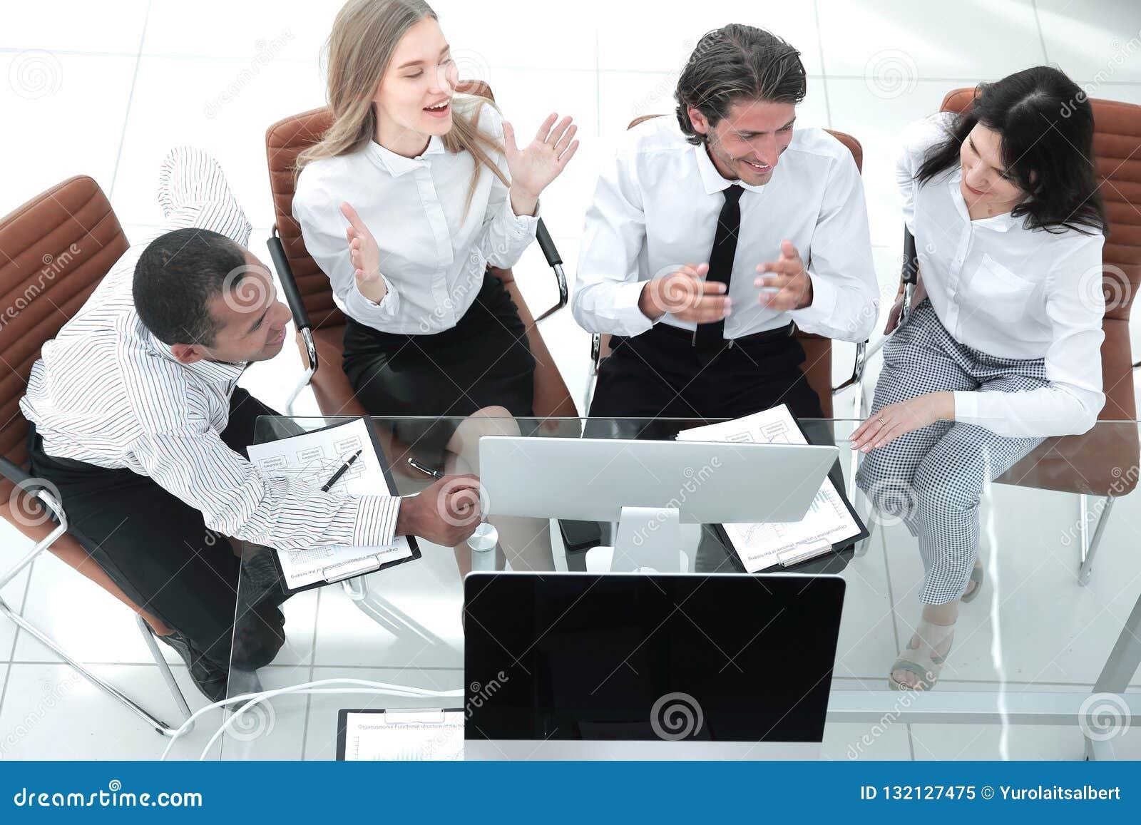Biznes drużyna dyskutuje biznesowego dokument Biznesowy pojęcie