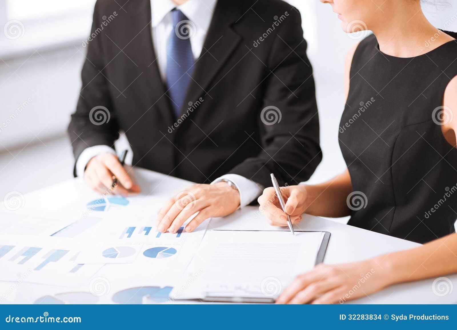 Biznes drużyna na spotkaniu dyskutuje grafika