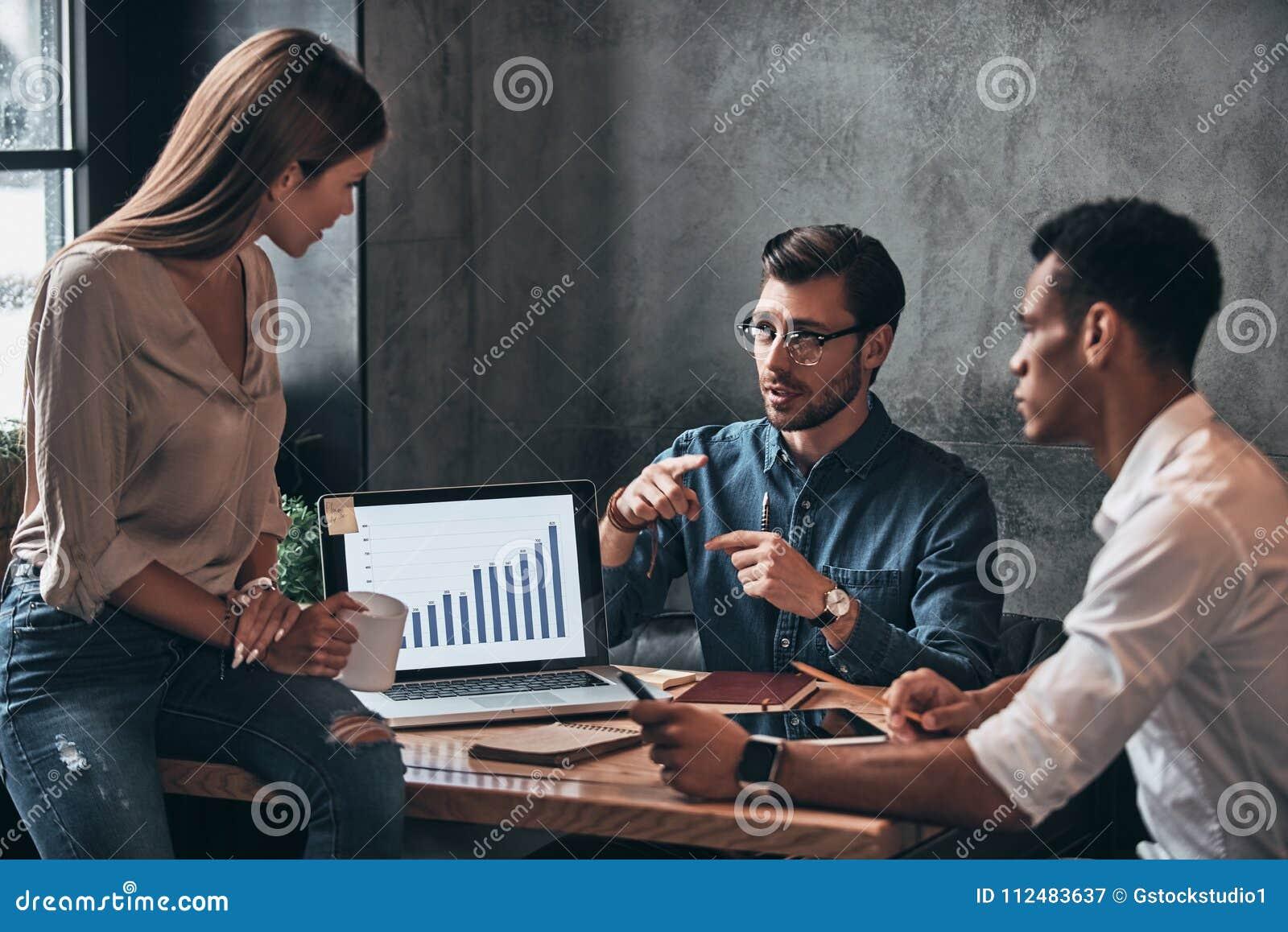 Biznes drużyna przy pracą Grupa młodzi ufni ludzie biznesu