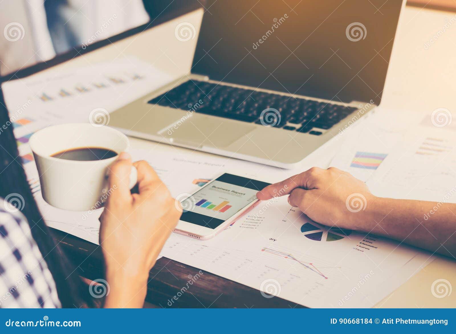 Biznes drużynowa analiza z pieniężnym wykresem przy biurem, miejsce pracy, spotyka czasy