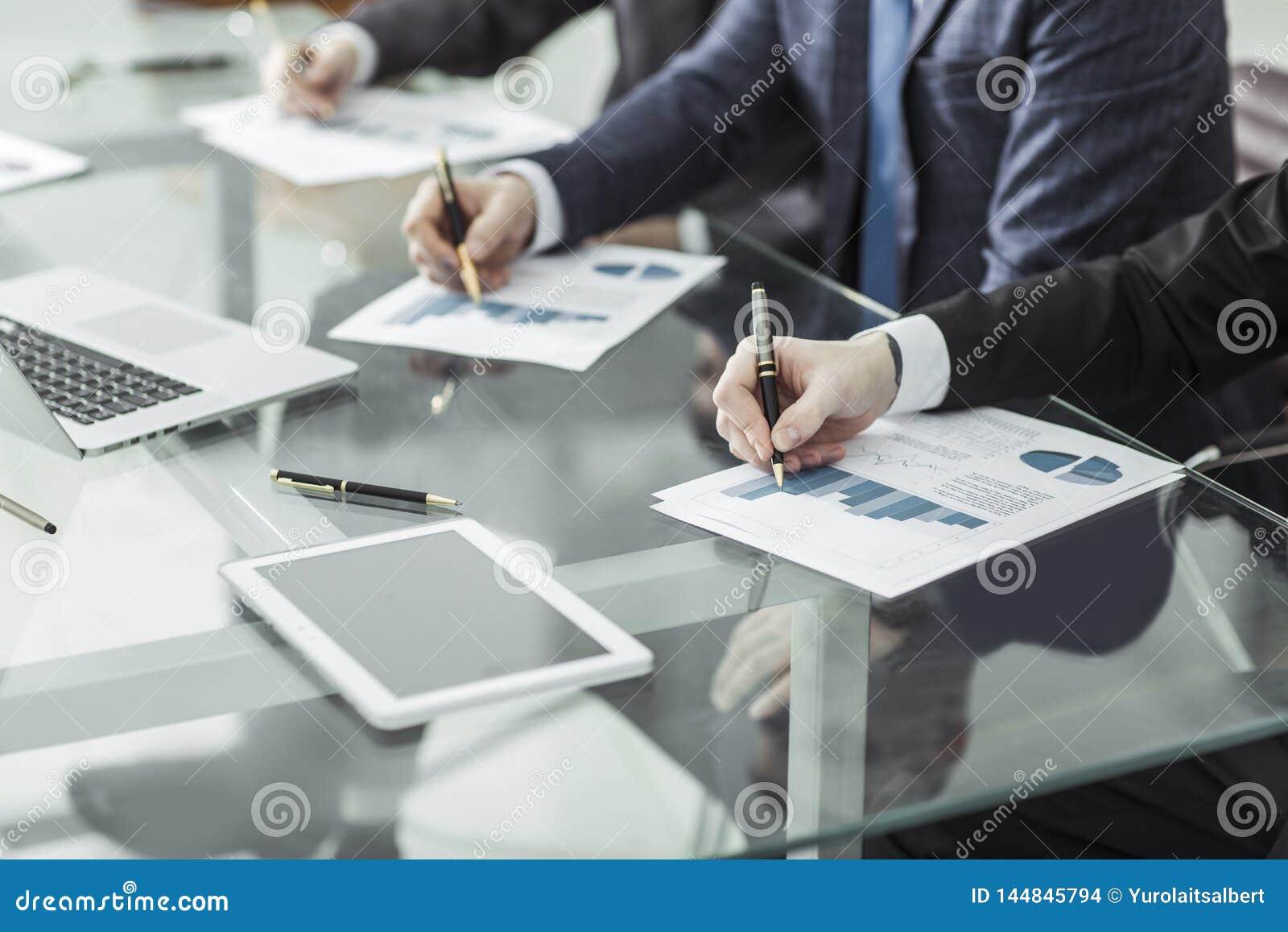 Biznes dru?yna dyskutuje nowego pieni??nego plan firma w miejscu pracy