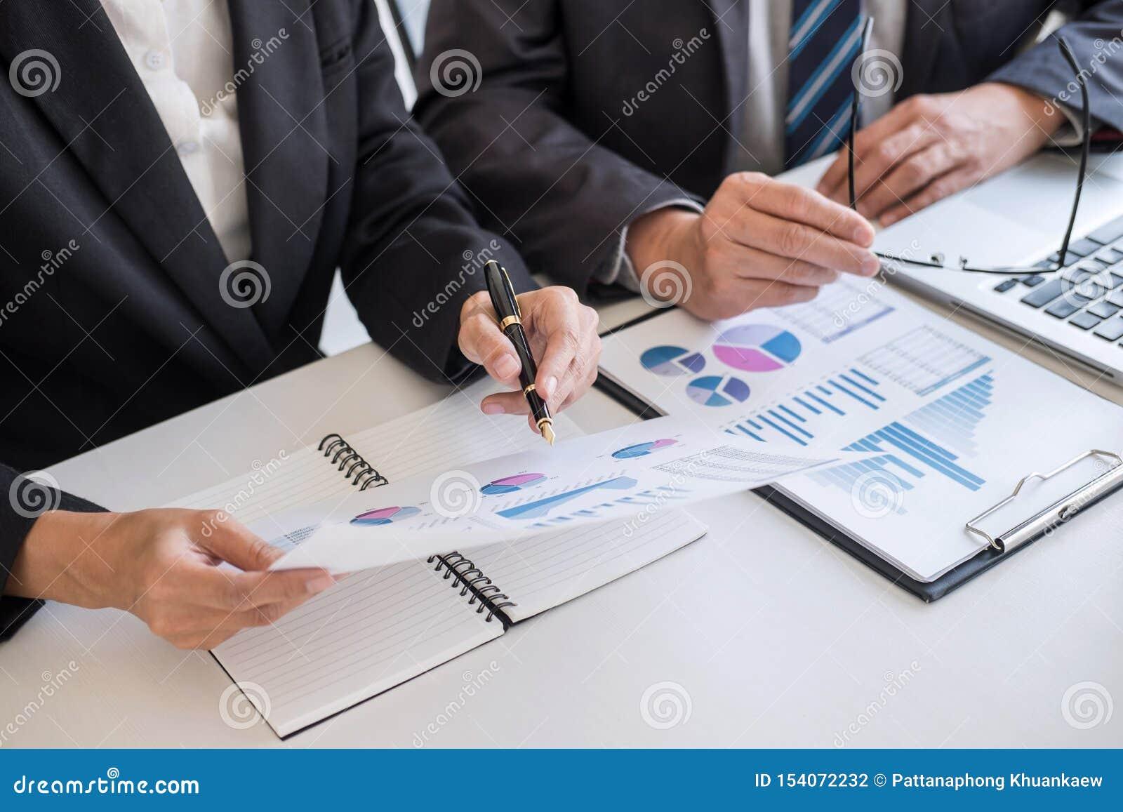 Biznes dru?yny partnera spotkania dzia?anie i negocjacja analizuje z pieni??nymi dane i marketingowym przyrostem donosimy wykres