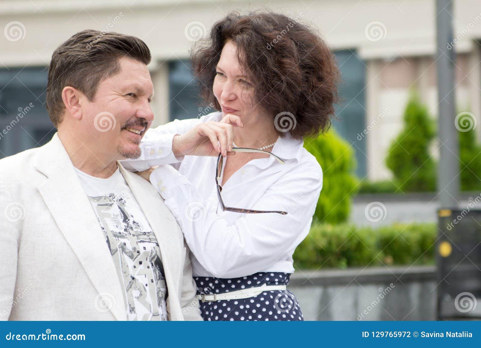 Biznes pary mężczyzny stylowa Biurowa w średnim wieku kobieta outdoors