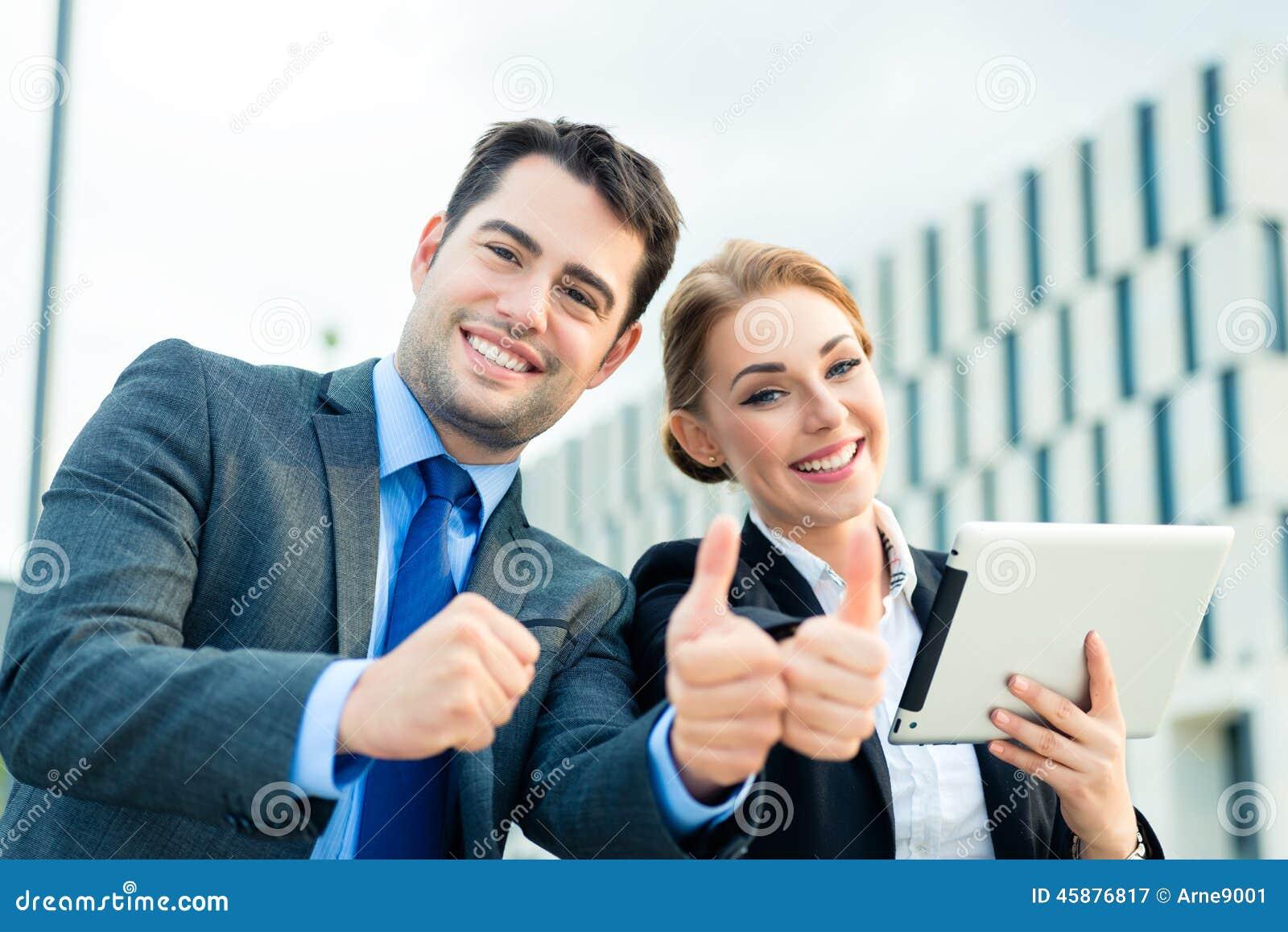 Biznesmenów pracować plenerowy z sukcesem