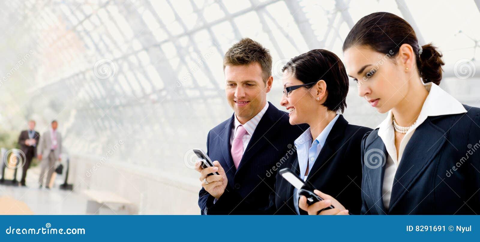 Biznesmenów telefon komórkowy używać