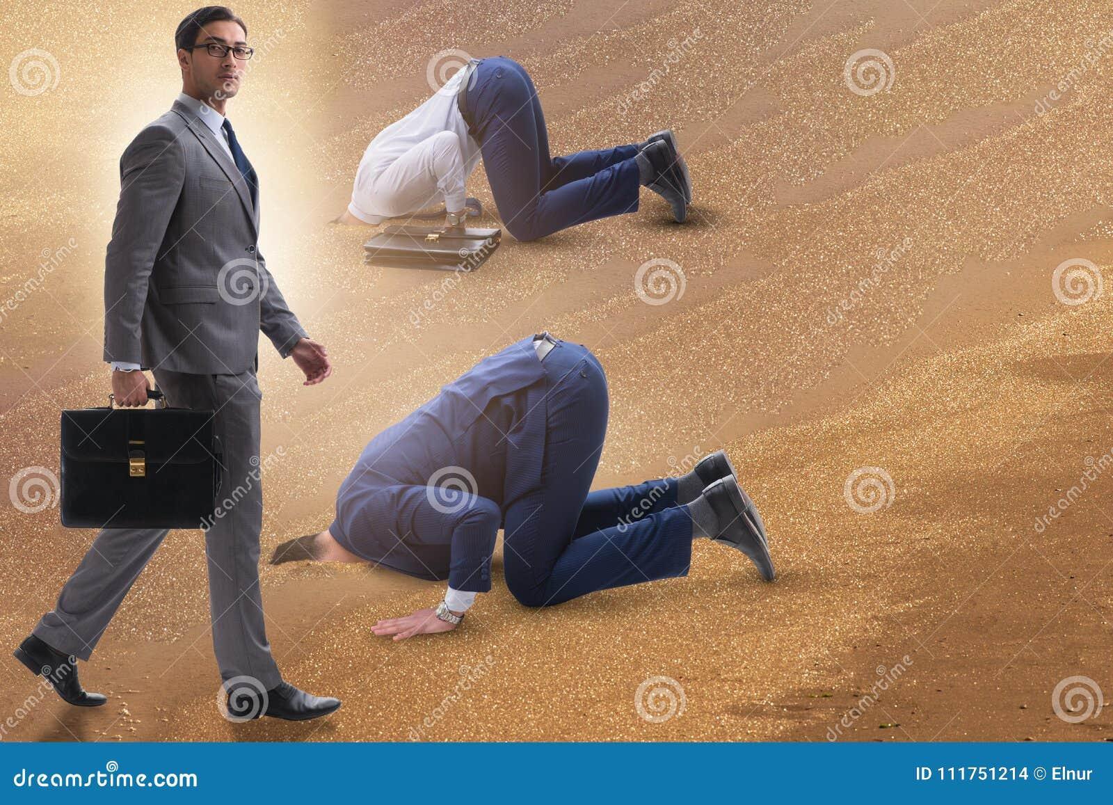 Biznesmen chuje jego kierowniczego w piasku ucieka od problemów