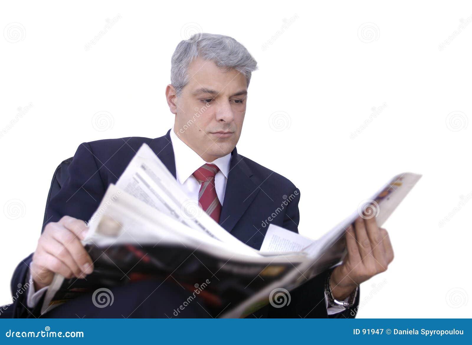 Biznesmen czytanie gazet