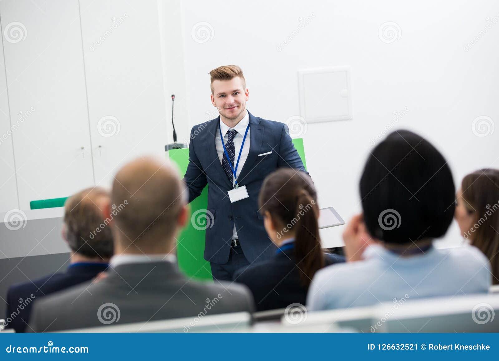 Biznesmen Daje prezentaci koledzy W Odczytowym Hall