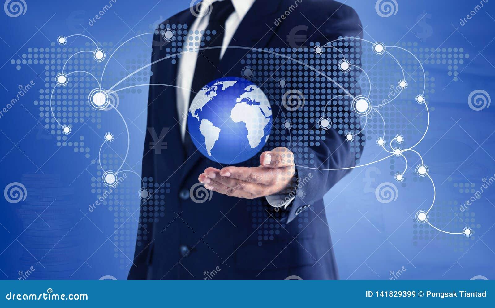 Biznesmen dotyka świat wirtualnych na ręce globalną mapę i Pojęcie główna wymiana walut może używać na całym świecie