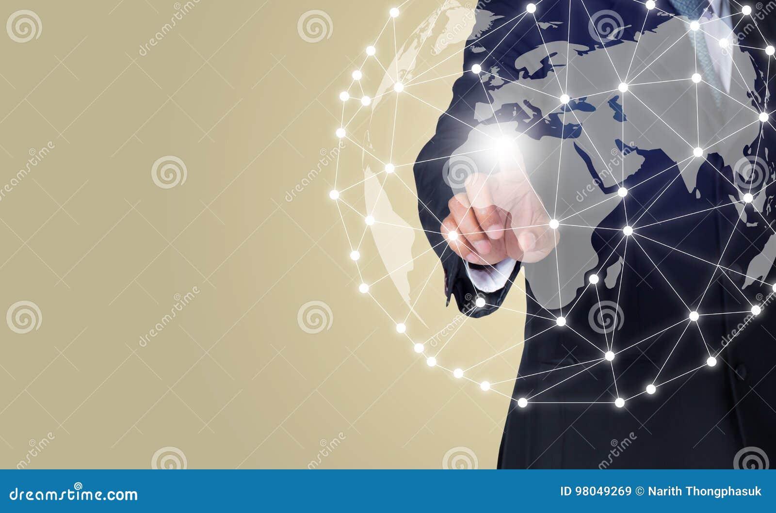 Biznesmen dotyka globalną sieć i podłączeniowych dane wymiany używać cyfrowego świat