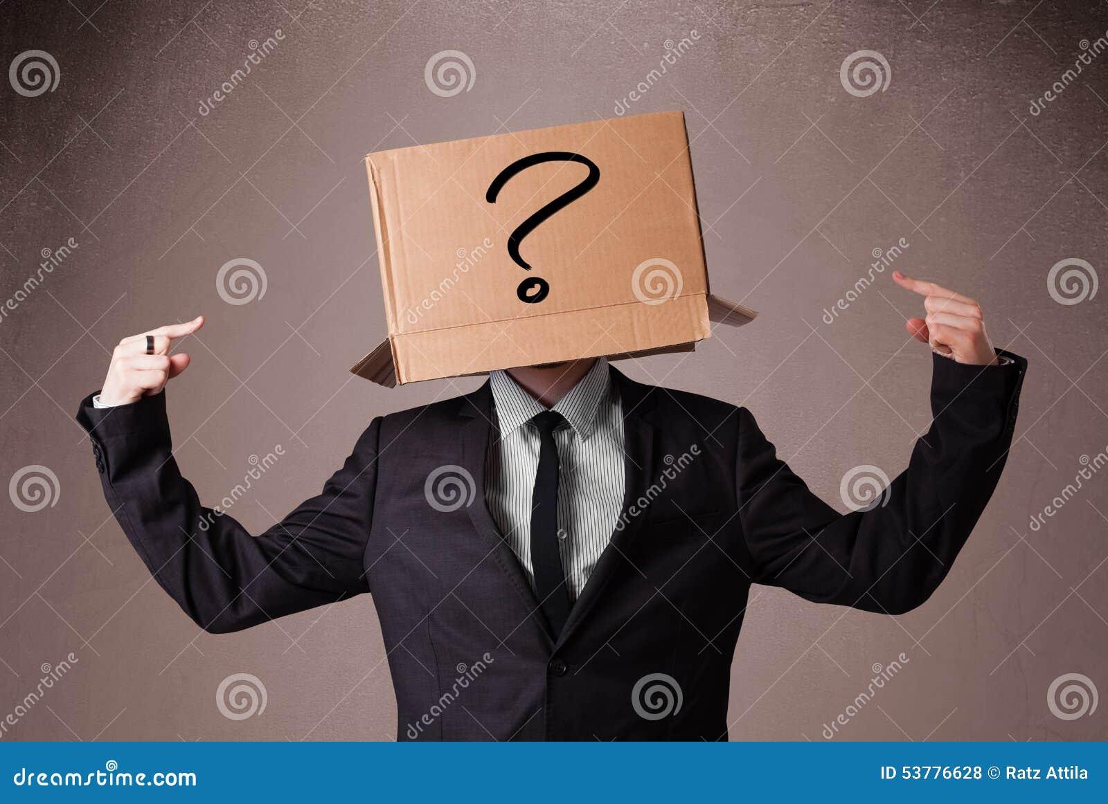Biznesmen gestykuluje z kartonem na jego głowie z ques