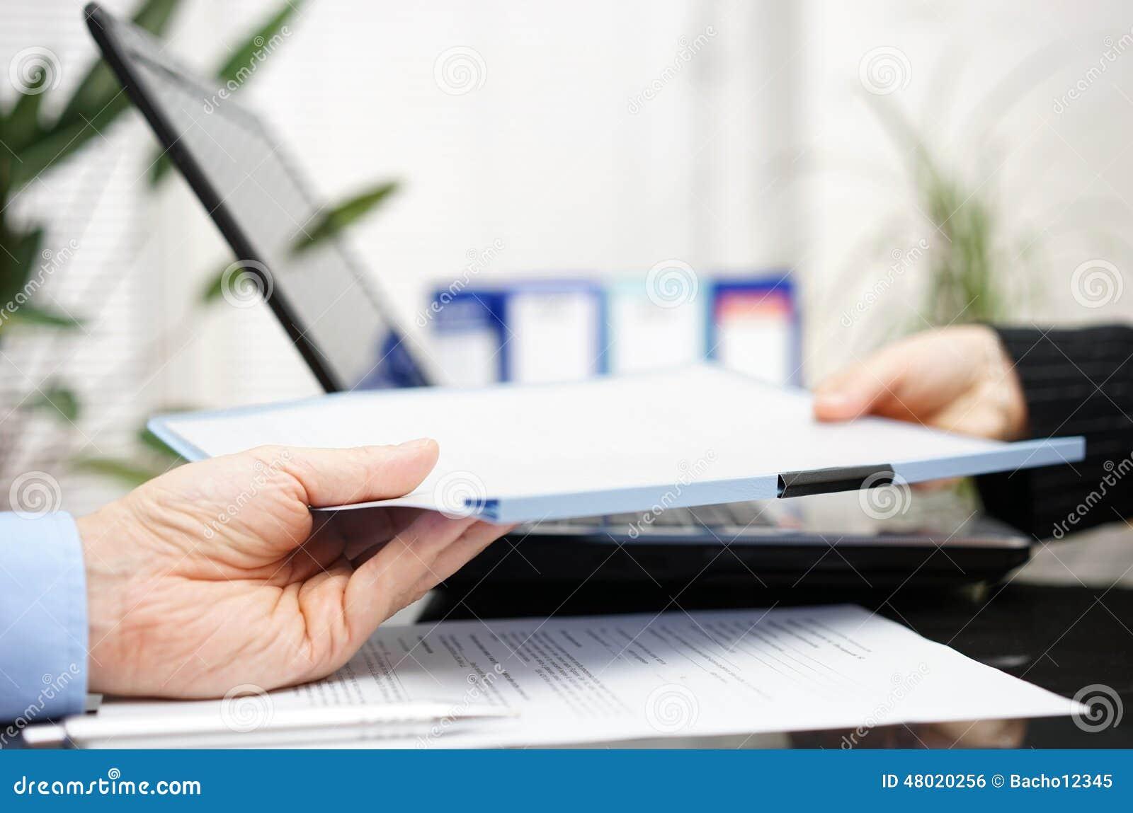 Biznesmen i bizneswoman wymieniamy dokument lub contrac