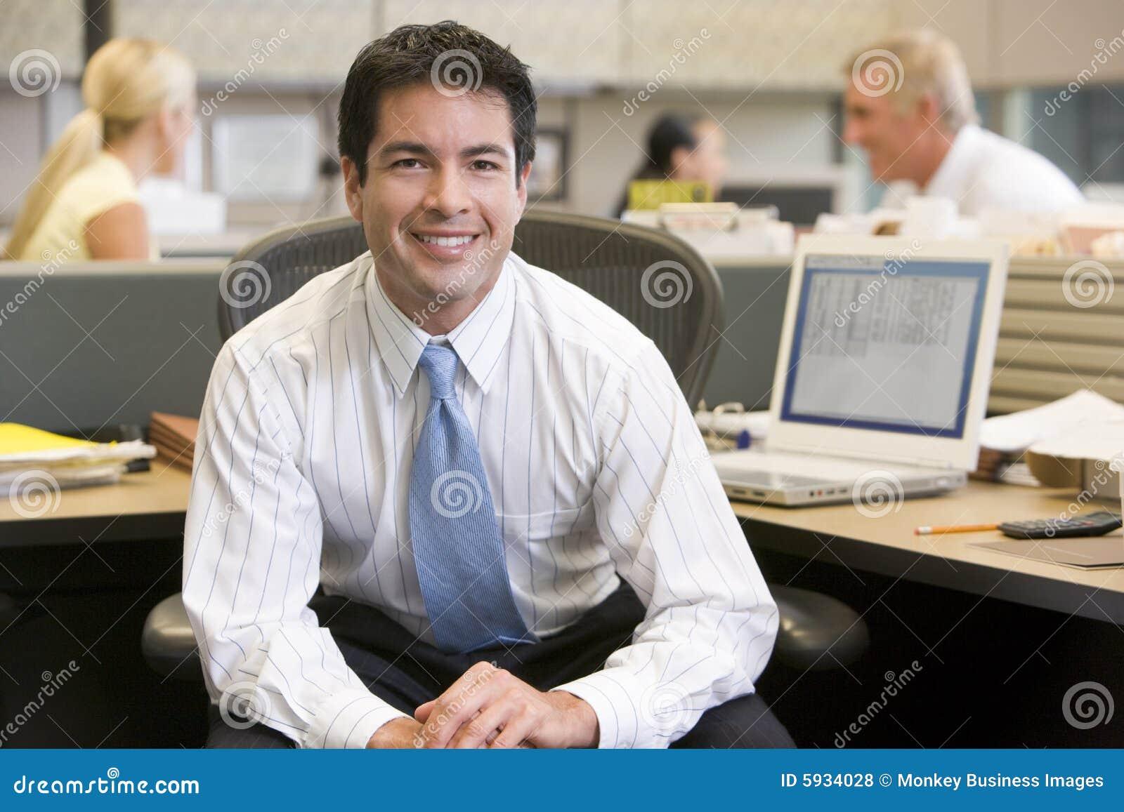 Biznesmen kabiny uśmiecha się