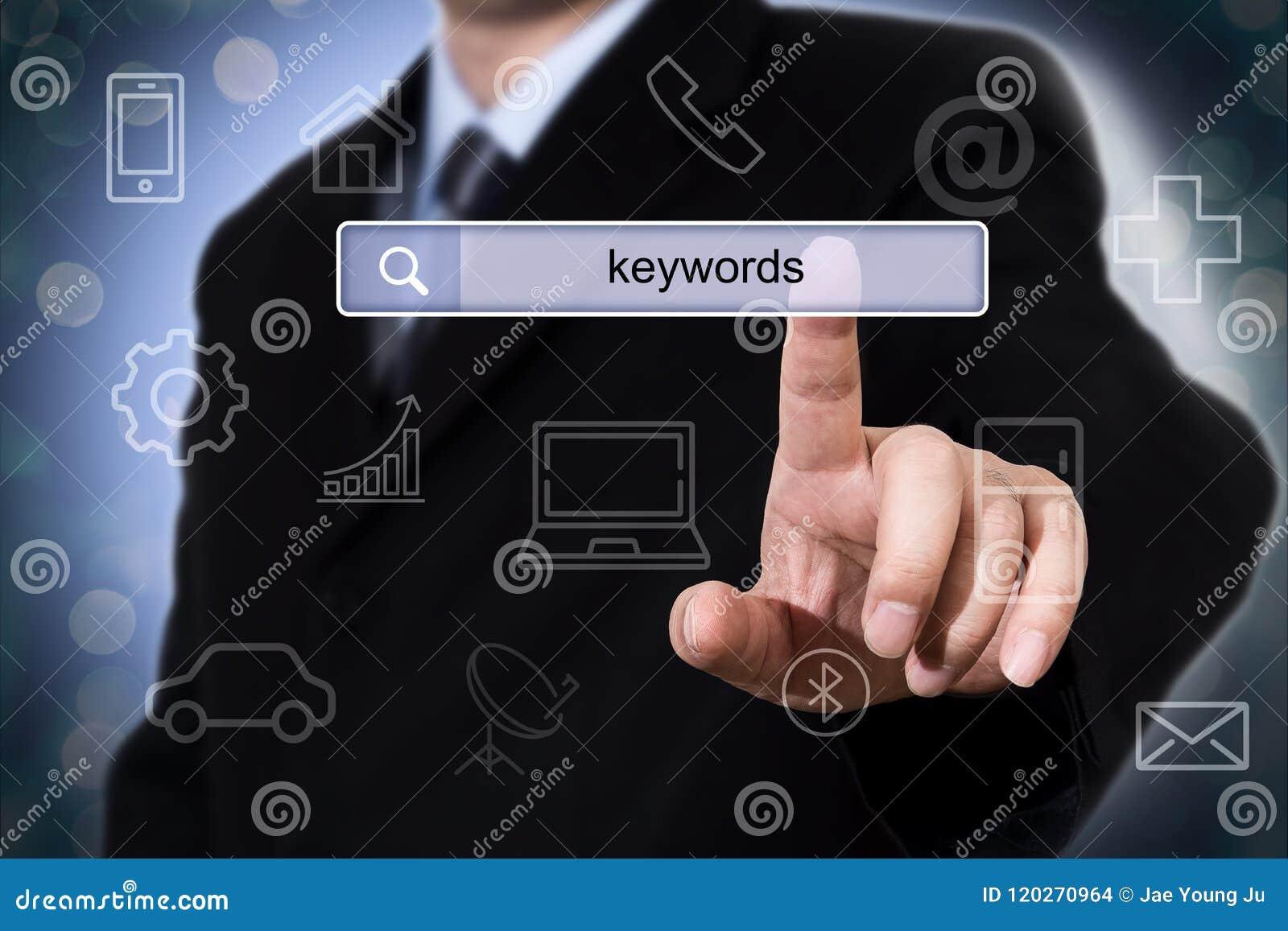 Biznesmen klika rewizi pole z słowami kluczowymi