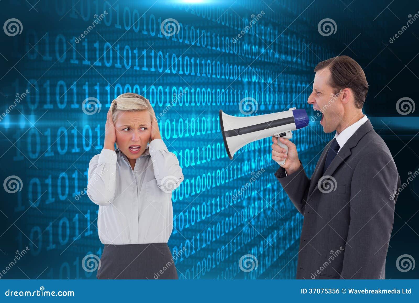Download Biznesmen Krzyczy Przy Kolegą Z Jego Megafonem Zdjęcie Stock - Obraz złożonej z światło, shinny: 37075356