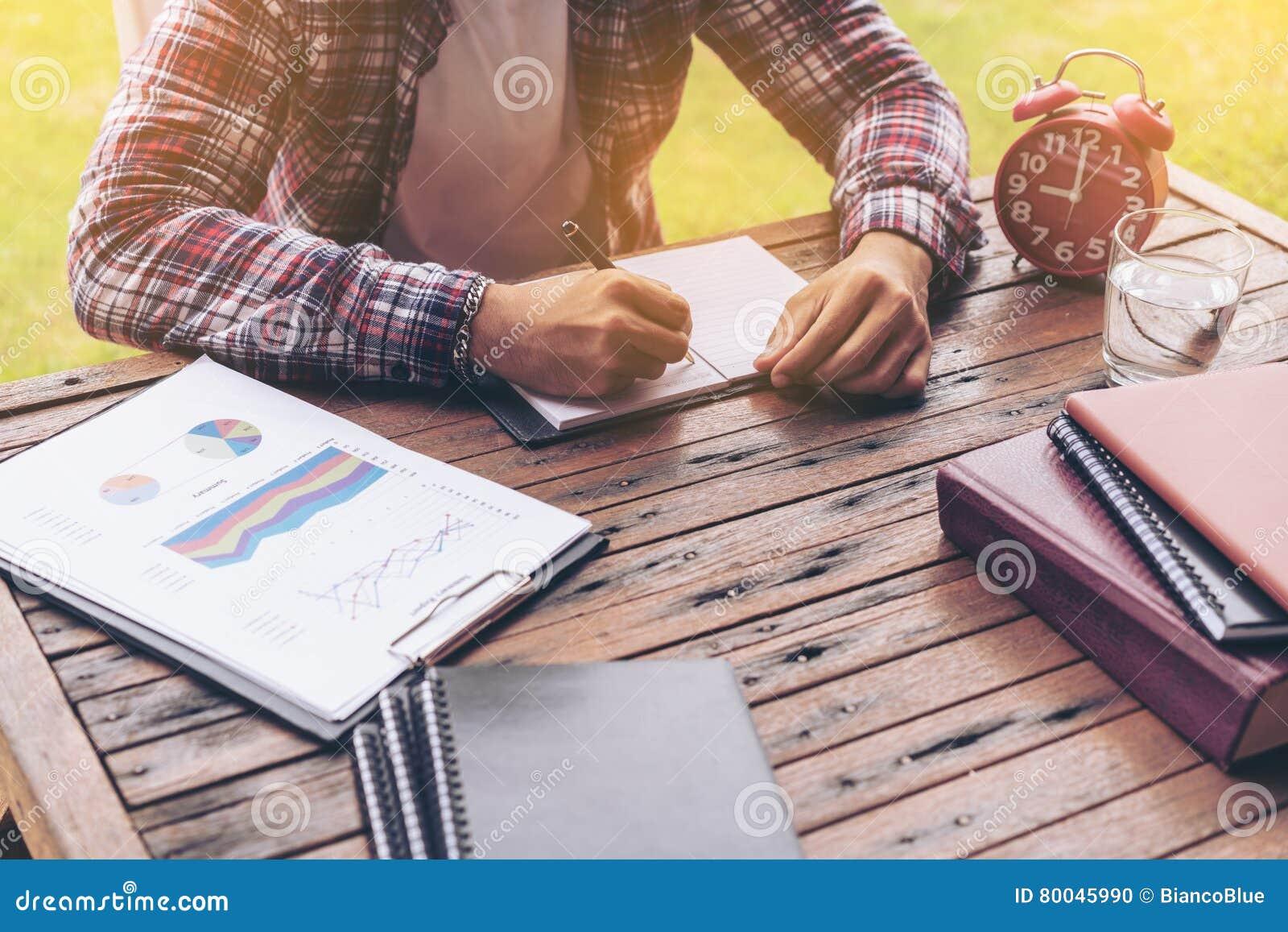 Biznesmen lub freelance pracować na biurku