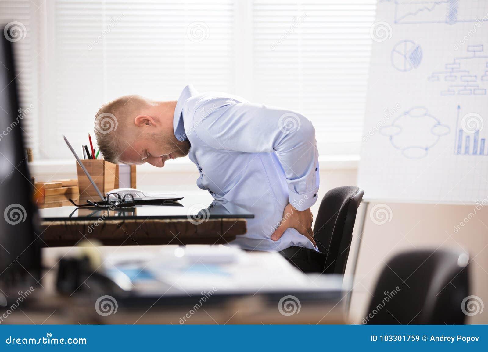 Biznesmen ma ból pleców
