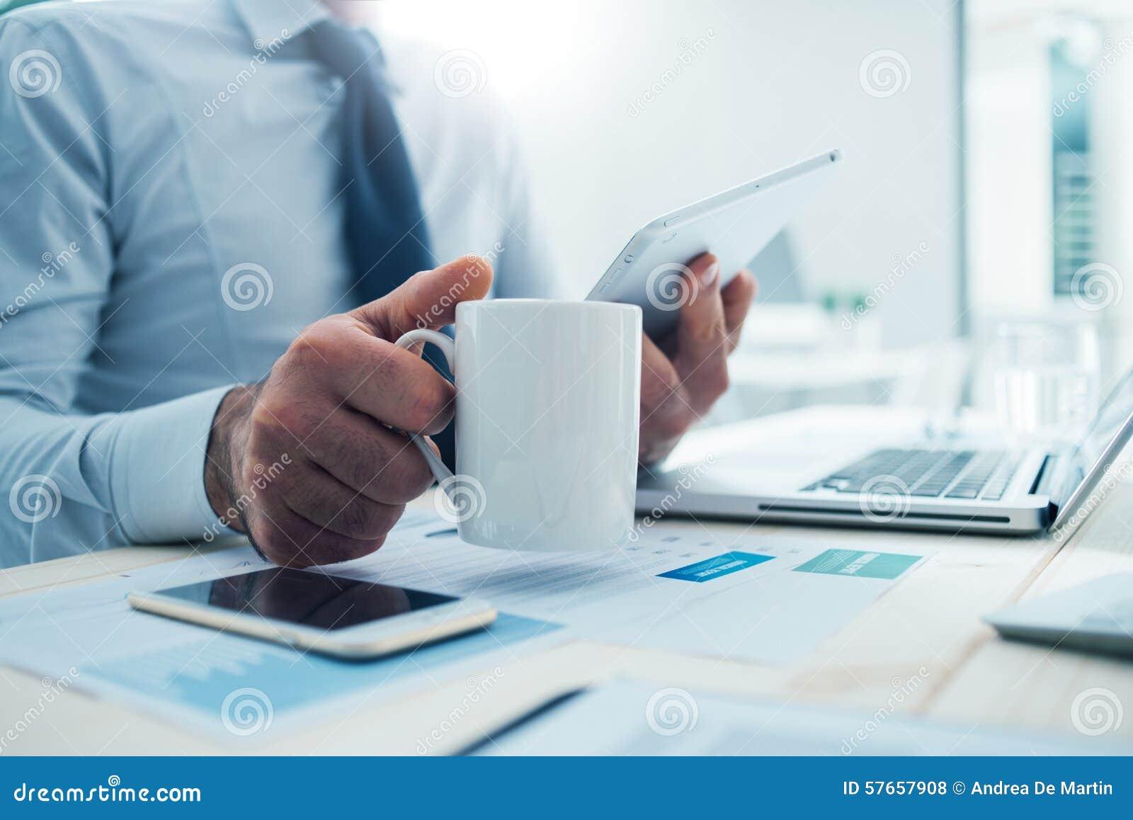 Biznesmen ma kawową przerwę