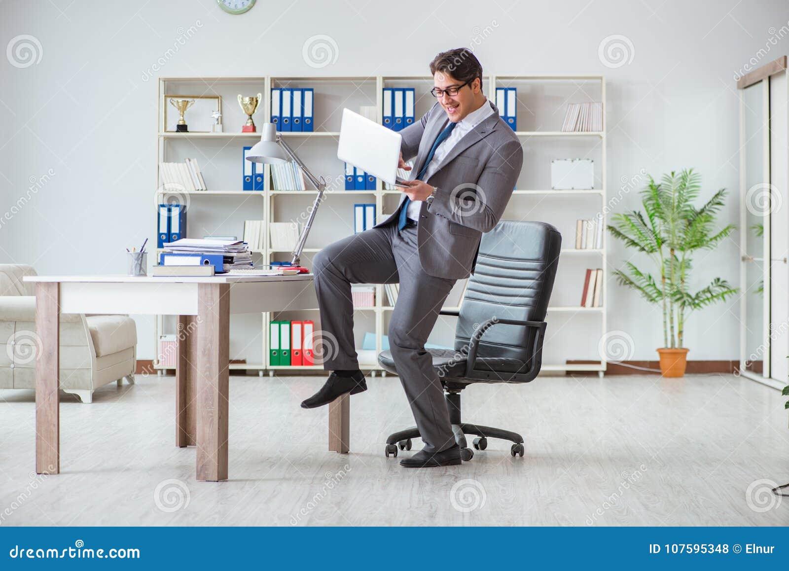 Biznesmen ma zabawę bierze przerwę przy pracą w biurze
